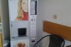 Automat na kávu u vstupu